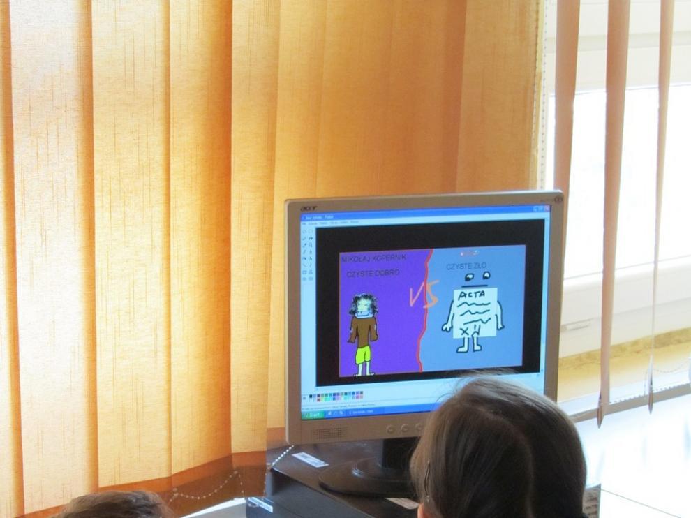 Unos niños navegan por internet