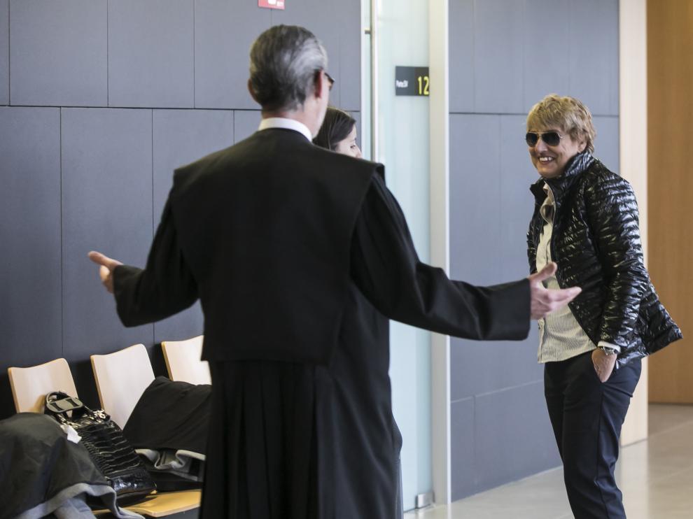 La acusada, Victoria Pinilla, saludada por su abogado, Santiago Palazón, ayer, en la Ciudad de la Justicia de Zaragoza.