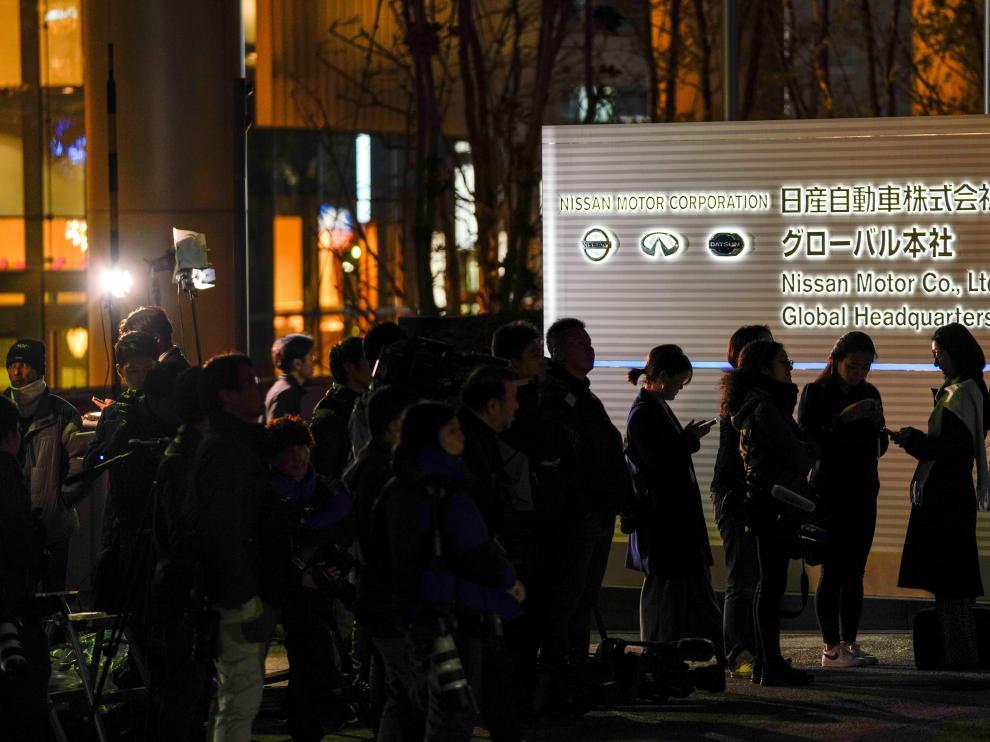 Varios periodistas aguardan en la puerta de la empresa Nissan Motor Co. en Yokohama.