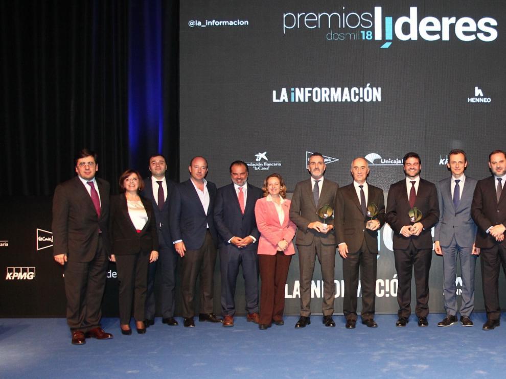 Los premiados en la gala de este jueves, junto con Fernando de Yarza López-Madrazo, presidente de HENNEO, y los ministros José Luis Ábalos, Nadia Calviño y Pedro Duque.