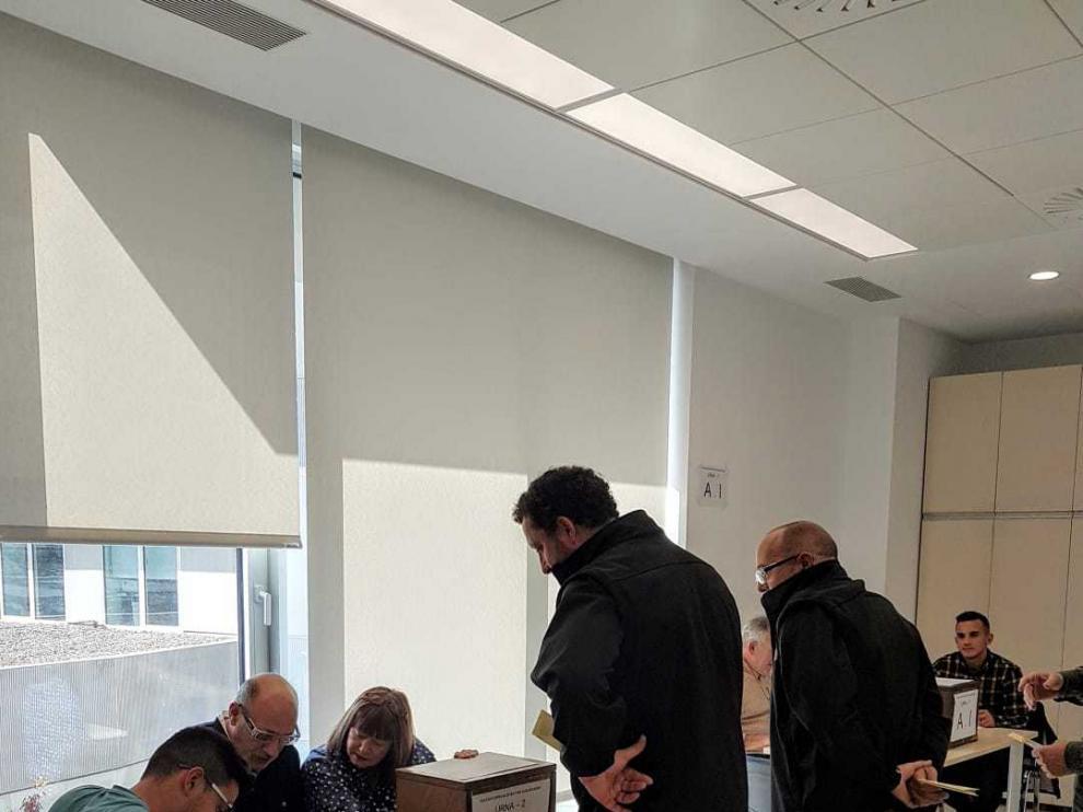 Un momento de la votación en las elecciones sindicales hoy en Pikolin