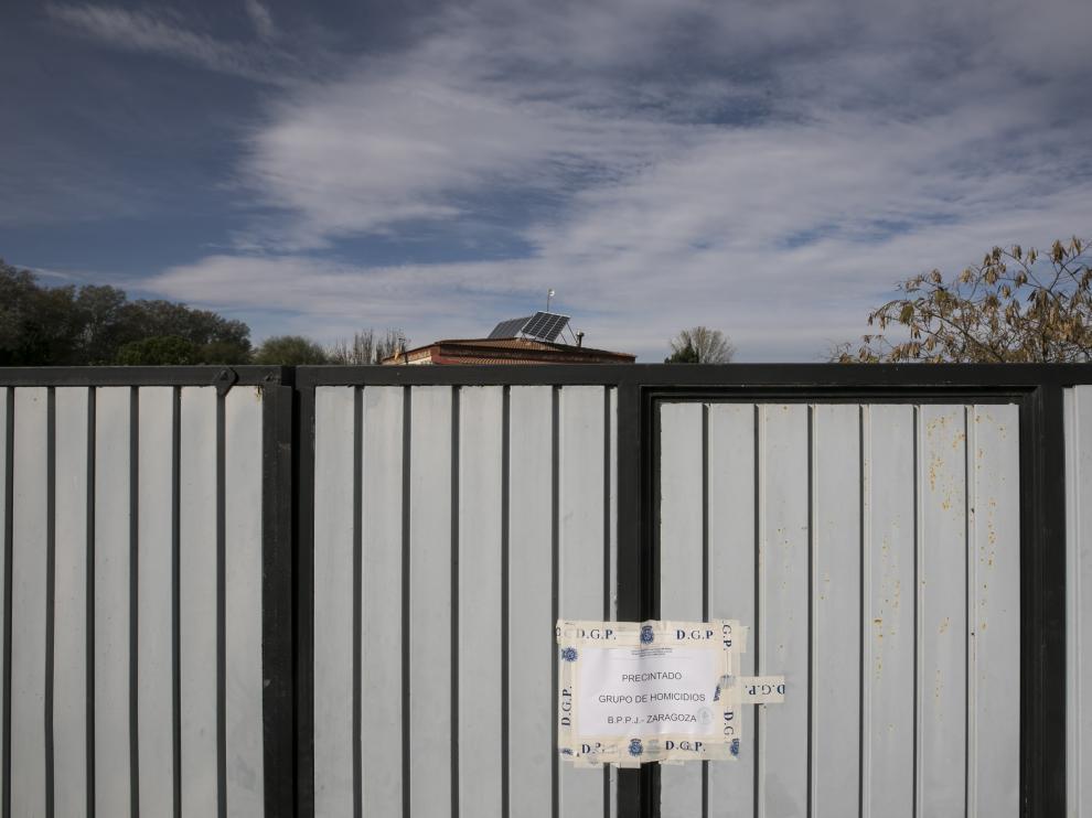 La entrada de la casa permanece precintada por la Policía.
