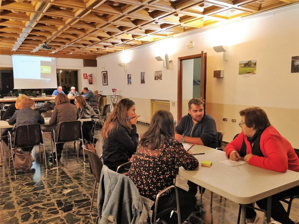 Participantes en uno de los talleres llevados a cabo durante el proceso participativo 'Los nombres de Ayerbe'.