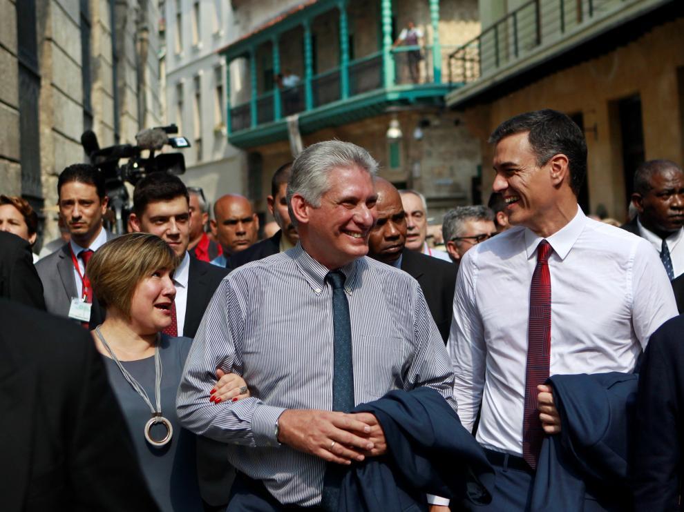 Paseo de Sánchez y del presidente cubano con sus esposas por las calles de La Habana Vieja