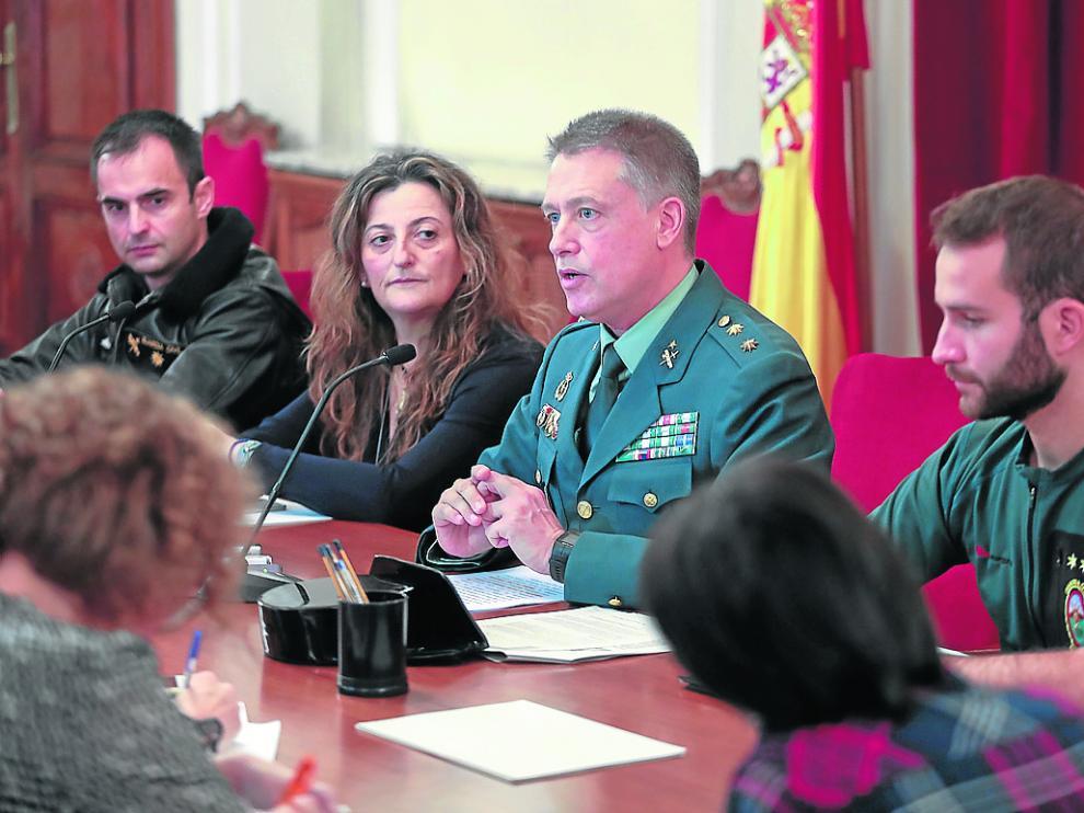 En el centro de la imagen, el teniente coronel jefe de la Comandancia de la Guardia Civil de Huesca.