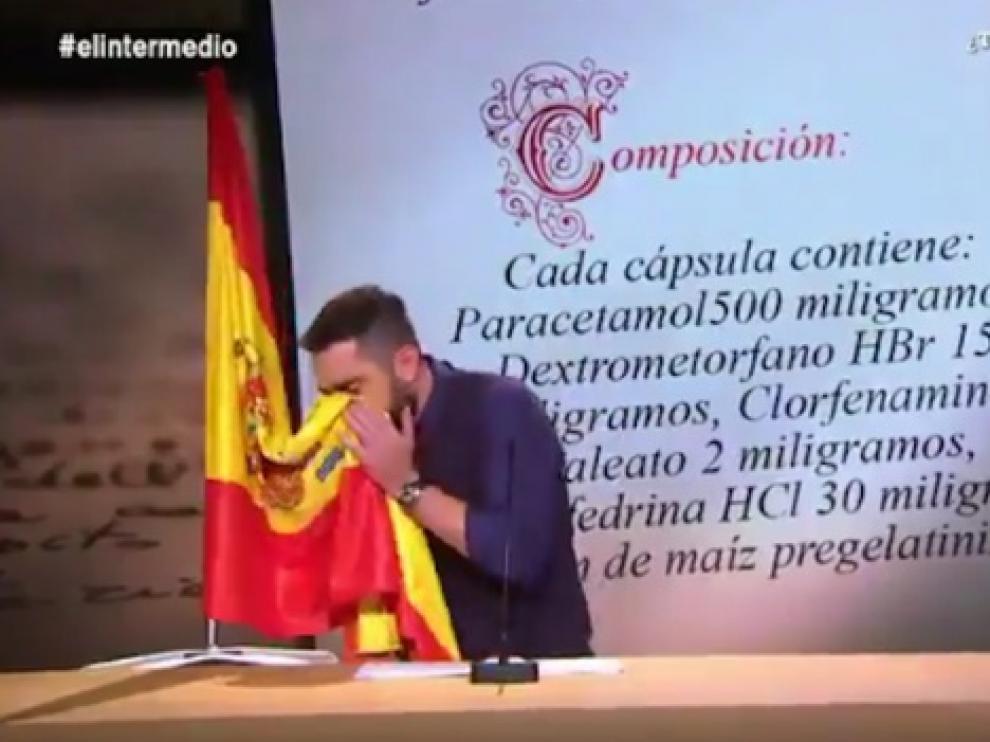 Dani Mateo, en el 'sketch' con la bandera.