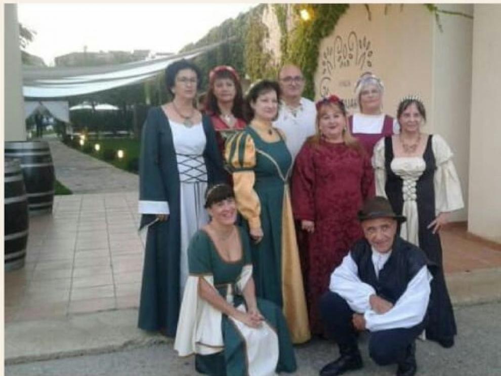 Varios zaragozanos aficionados a la danza medieval, ataviados con la indumentaria de la época.