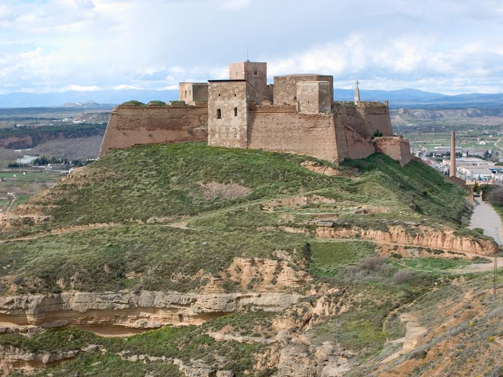 Una panorámica de la imponente y milenaria fortaleza de Monzón, ciudad en la que se celebra la Feria del Libro Aragonés.