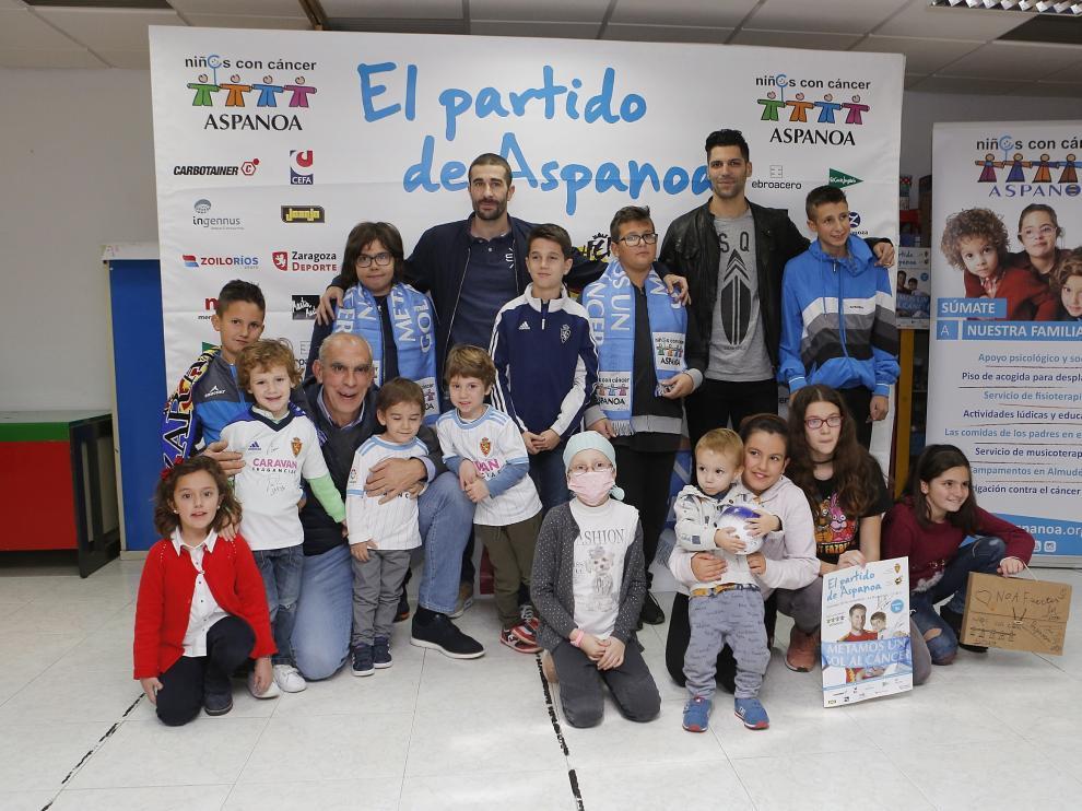 Los exjugadores del Real Zaragoza Lafita, Cani y Cedrún con los niños con cáncer de Aspanoa.