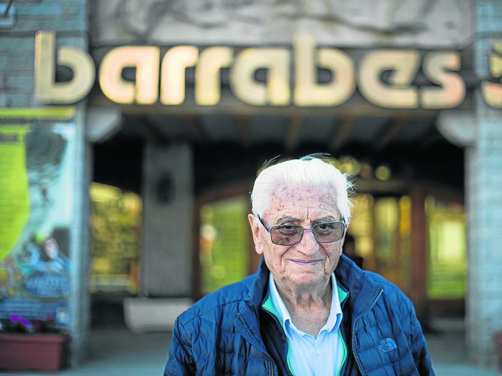 José Barrabés, delante de su famosa tienda de productos para el esquí y la montaña.