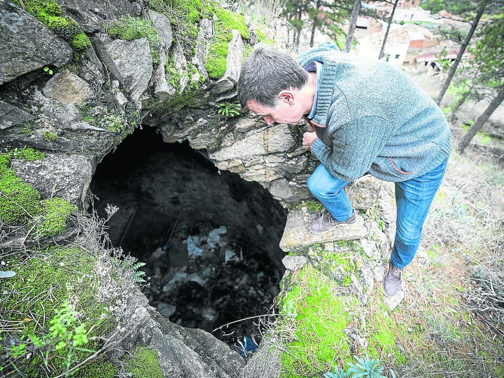 El alcalde de Paracuellos de la Ribera, Javier Solanas, observa el nevero que el pueblo quiere recuperar.