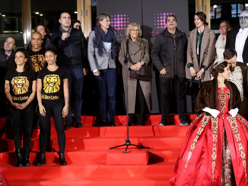 """La alcaldesa de Madrid, Manuela Carmena, junto a algunos de los personajes que """"viven"""" en los teatros de la Gran Vía."""