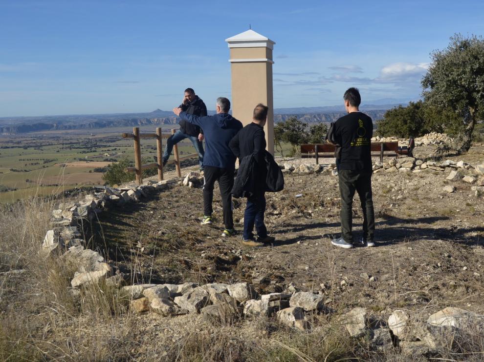 Personal del Ayuntamiento y del Grieg inspeccionando las zonas defensivas de la guerra civil.