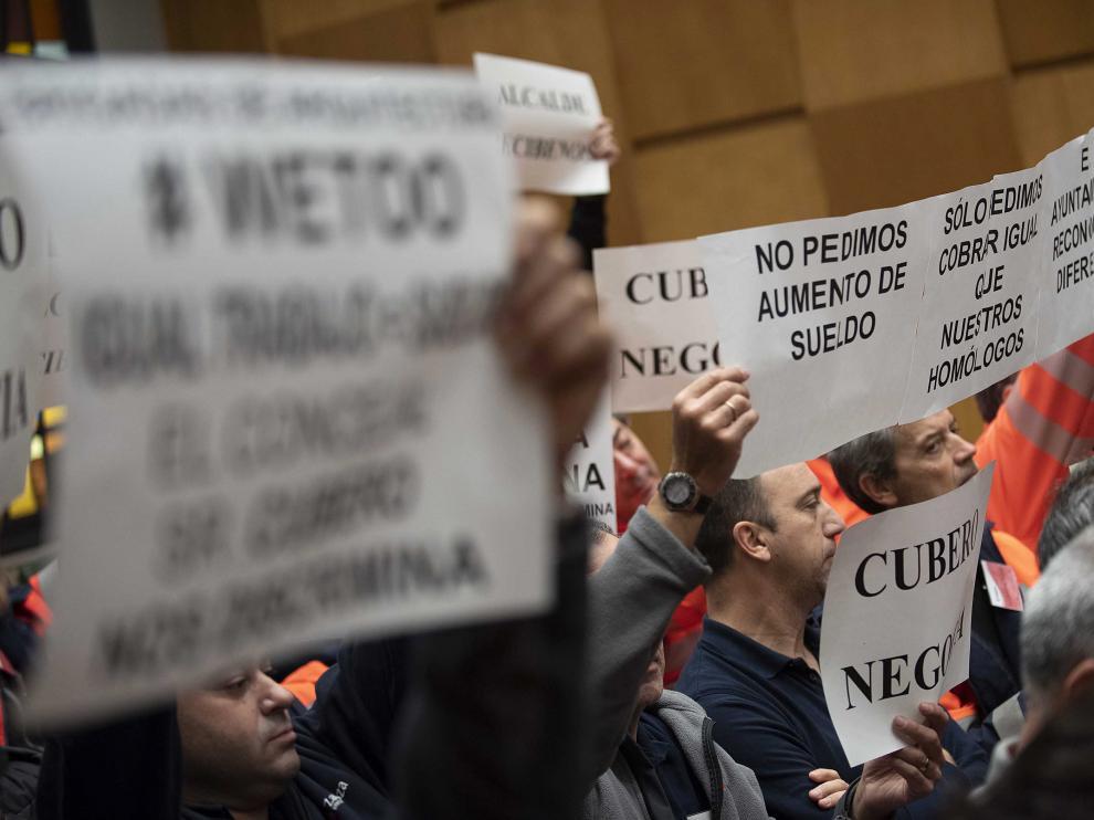 Los trabajadores acudieron al pleno con carteles