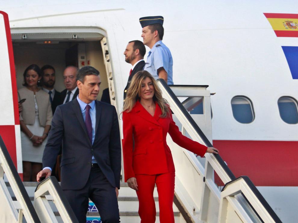 El presidente español, Pedro Sánchez, y su esposa María Begoña Gómez, descienden del avión a su llegada a La Habana.