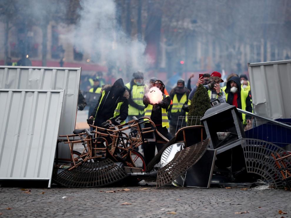Una barricada, este sábado, en los Campos Eliseos