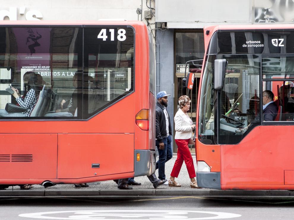 Dos buses urbanos, en el centro de Zaragoza.