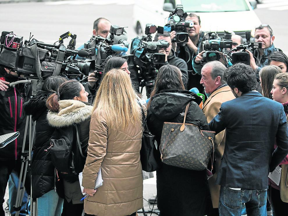Javier Notivoli, el abogado defensor de César Román, ante la Jefatura de Policía de Zaragoza, el pasado 17 de noviembre