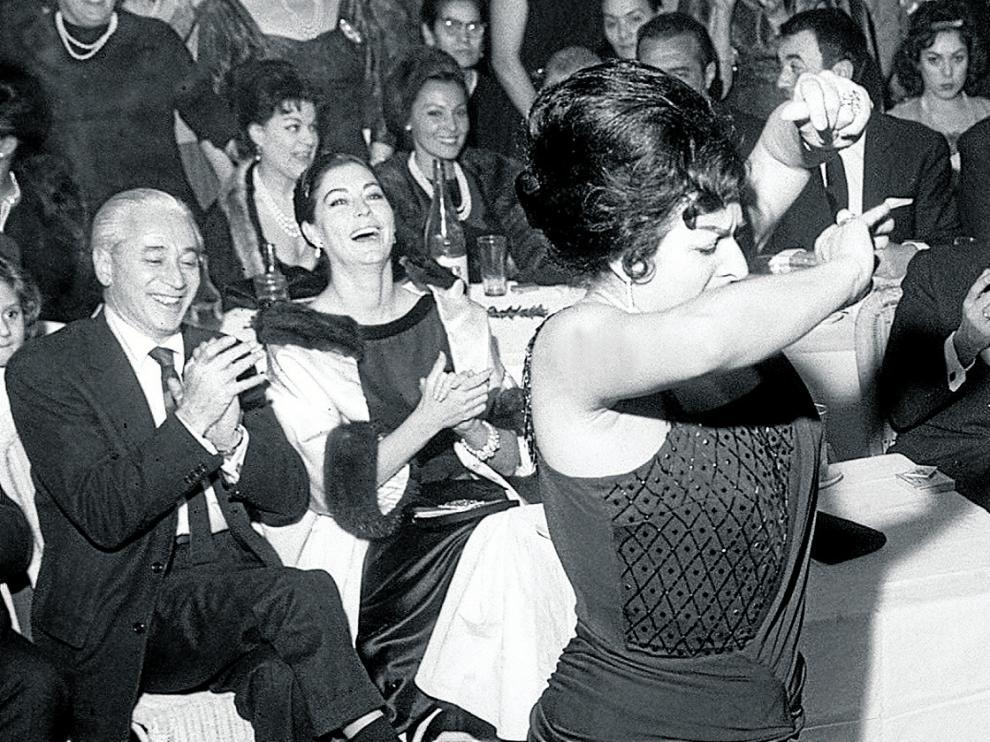 Ava, sentada, durante la fiesta por el bautizo del hijo de Lola Flores en 1961.