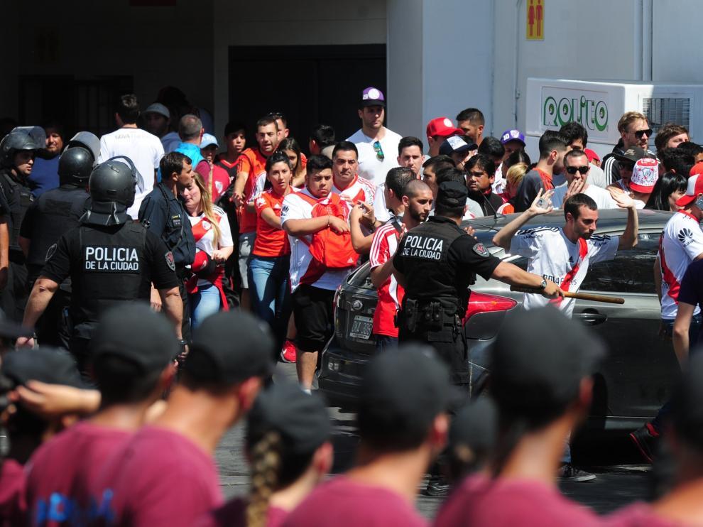 La policía, junto a los aficionados de River en las puertas del estadio.
