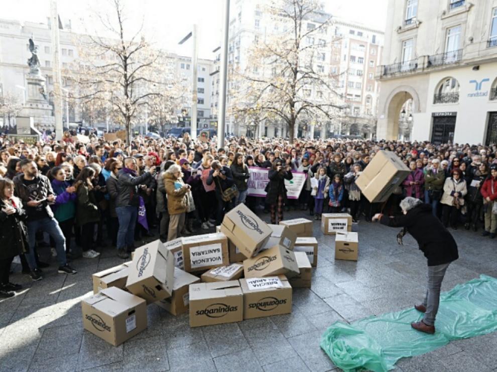 Un momento de la 'performance' y concentración que se ha llevado a cabo en la plaza de España.