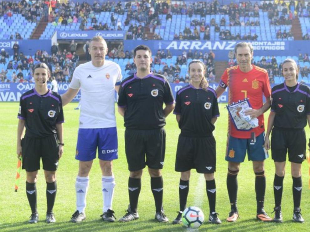 Xavi Aguado y Lobo Carrasco, junto al trío arbitral.