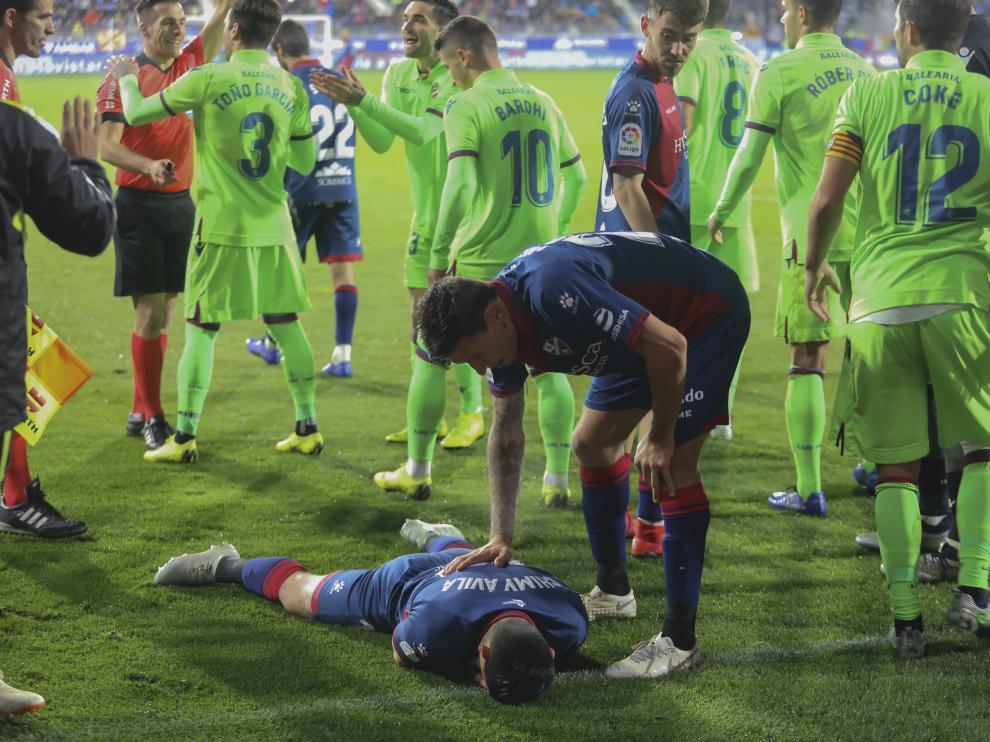 Chimy Ávila, tendido en el césped tras recibir un golpe de Toño García.