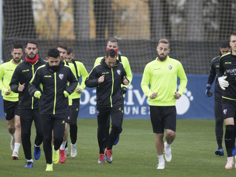 Los jugadores de la SD Huesca, corren durante el entrenamiento del jueves.