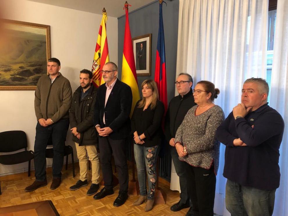 El alcalde y los vocales de los distintos grupos en el Ayuntamiento de Monzón han guardado un minuto de silencio por el asesinato machista