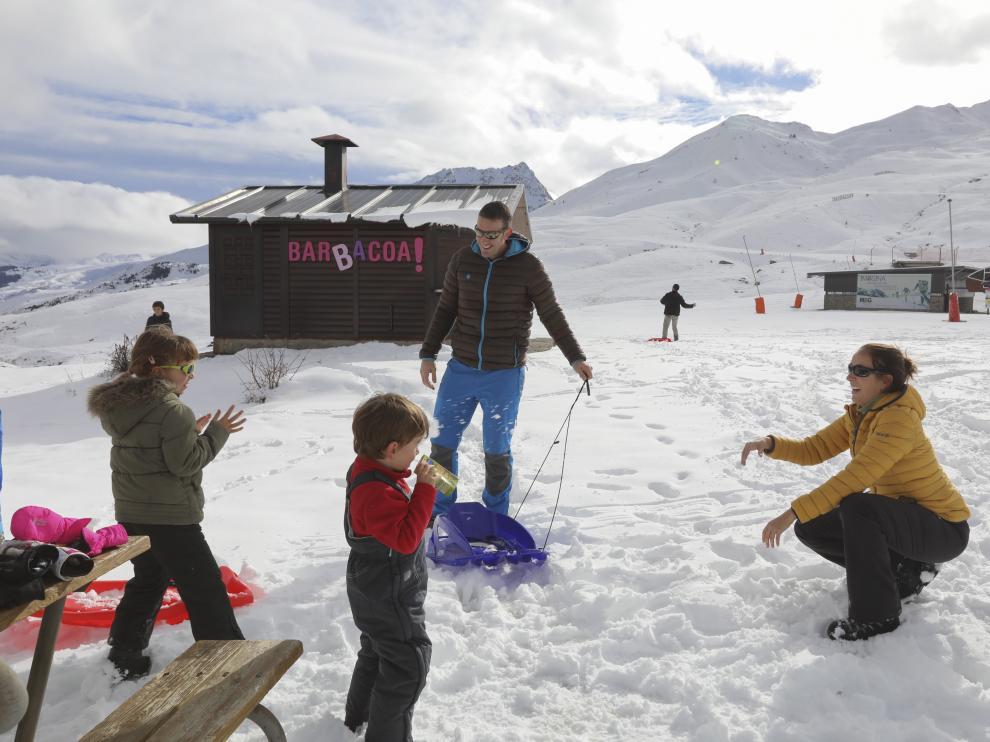 Muchas familias se acercaron hasta Formigal para jugar con la nieve, como esta en la zona de Portalet.