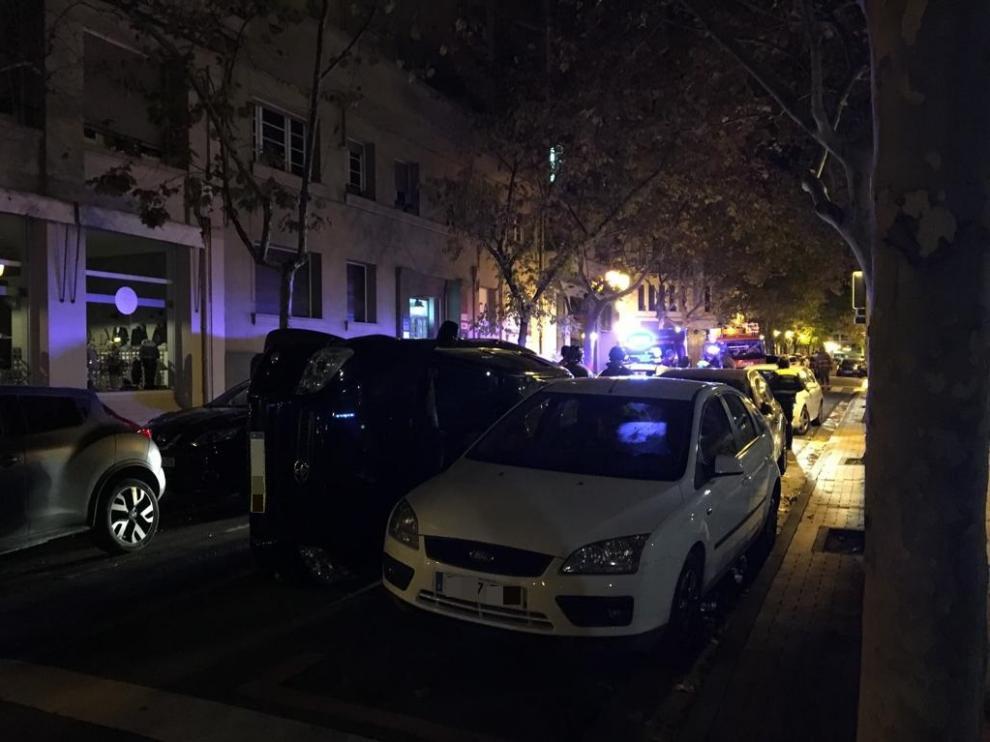 Un coche ha volcado a la altura del número 16 de la plaza de Los Sitios de Zaragoza
