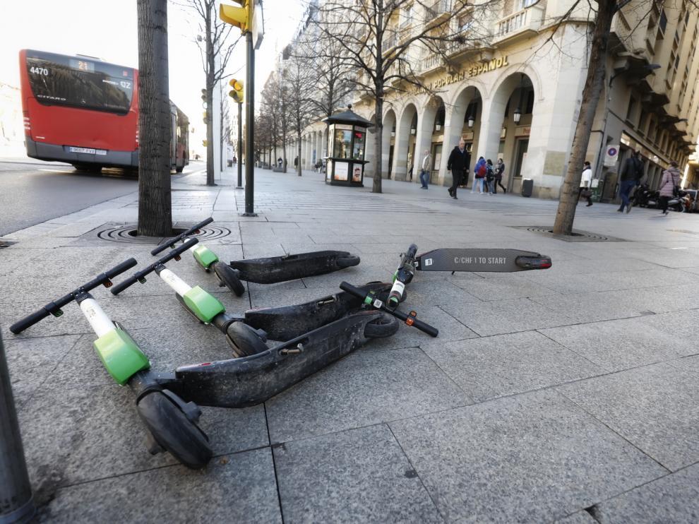 El viento deja los patinetes por el suelo en Zaragoza.