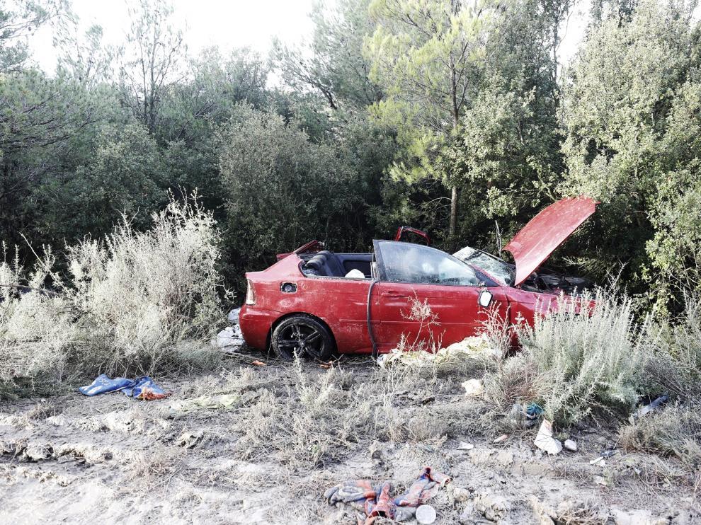 Los bomberos han tenido que abrir el coche para rescatar al herido en el accidente de Gurrea de Gállego.