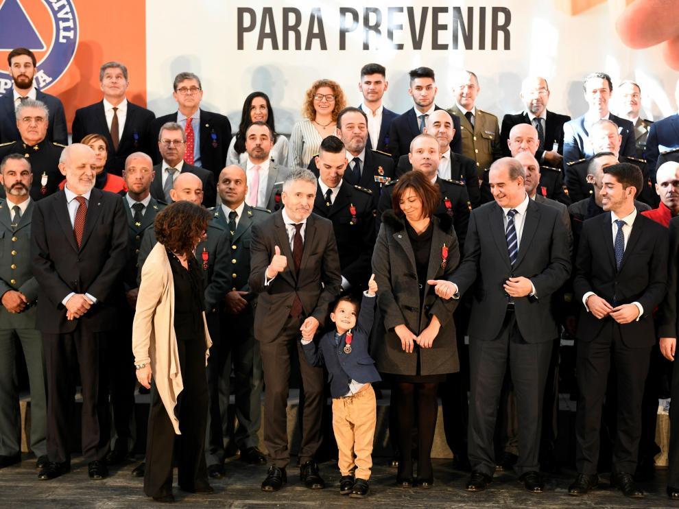 El pequeño Lucas, junto al ministro Grande-Marlaska y otros de los galardonados este lunes.