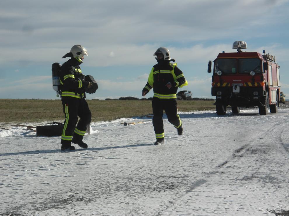 Actuación de los bomberos durante el simulacro de accidente en el aeropuerto