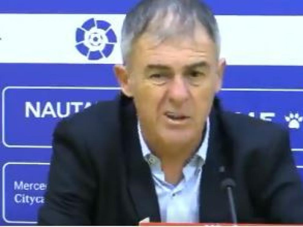 Gesto de Lucas Alcaraz durante la rueda de prensa de la noche del domingo tras caer 2-0 en Alcorcón.