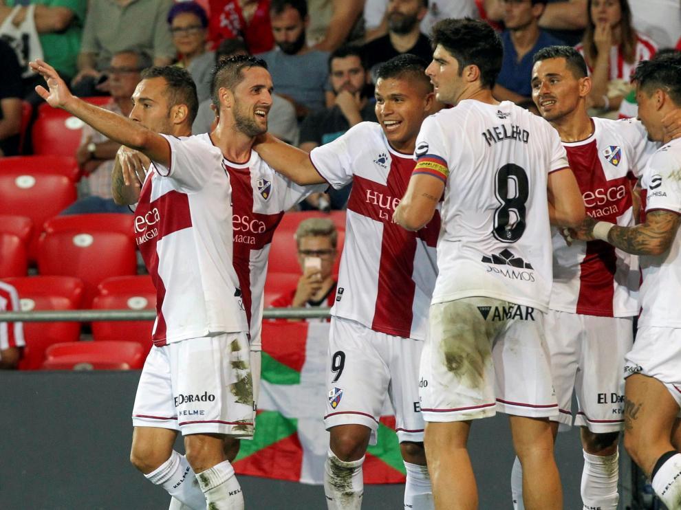 Varios futbolistas celebran el gol de Chimy al Athletic en la segunda jornada de Liga.
