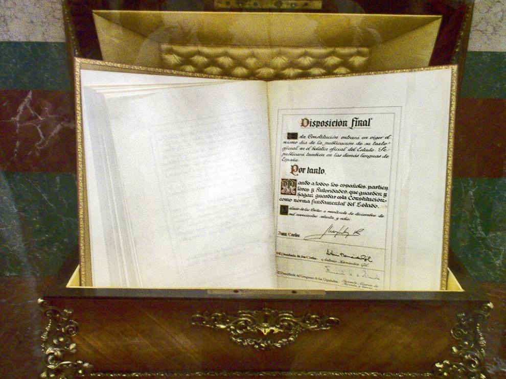 Ejemplar de la Constitución Española de 1978 guardado en el Congreso de los Diputados.