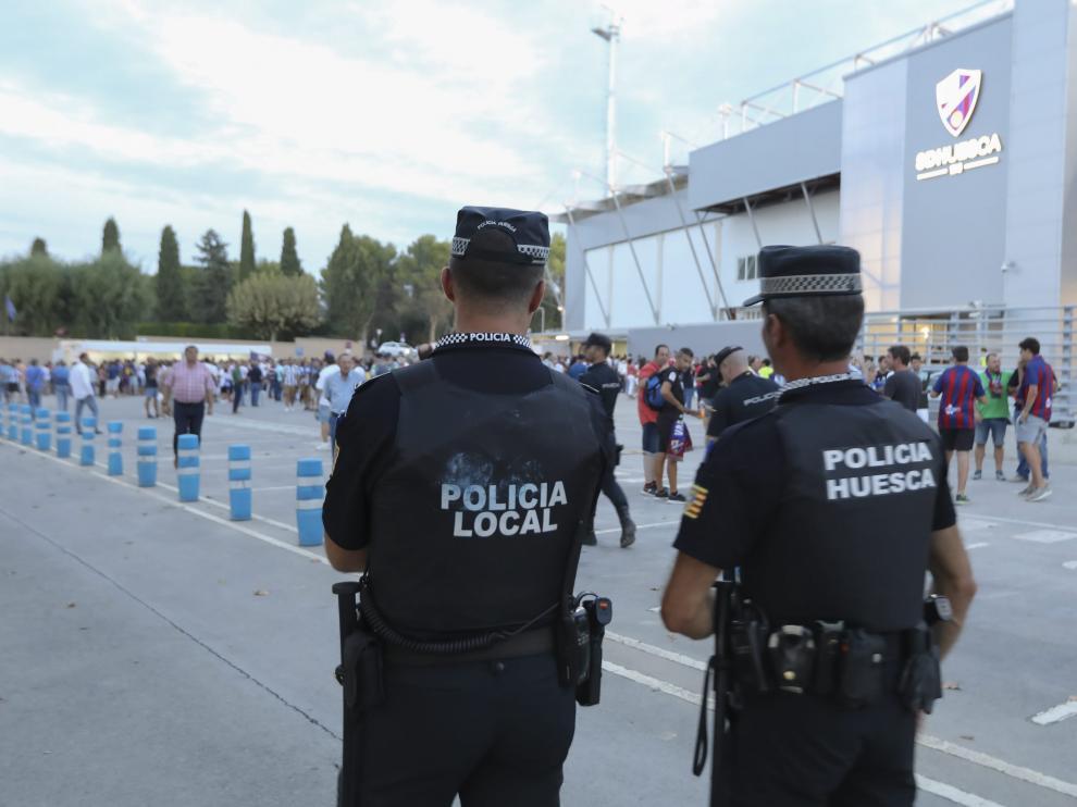 Dos agentes de la Policía Local de Huesca durante un servicio en los alrededores del campo de fútbol El Alcoraz.