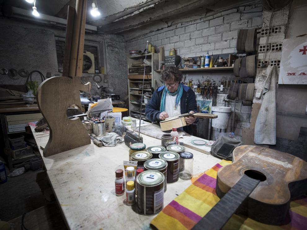 El luthier José María Gil, en su taller de fuentes claras