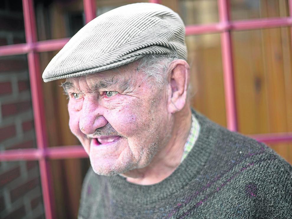 El albañil (y artesano aficionado) Gregorio González, un dechado de simpatía.