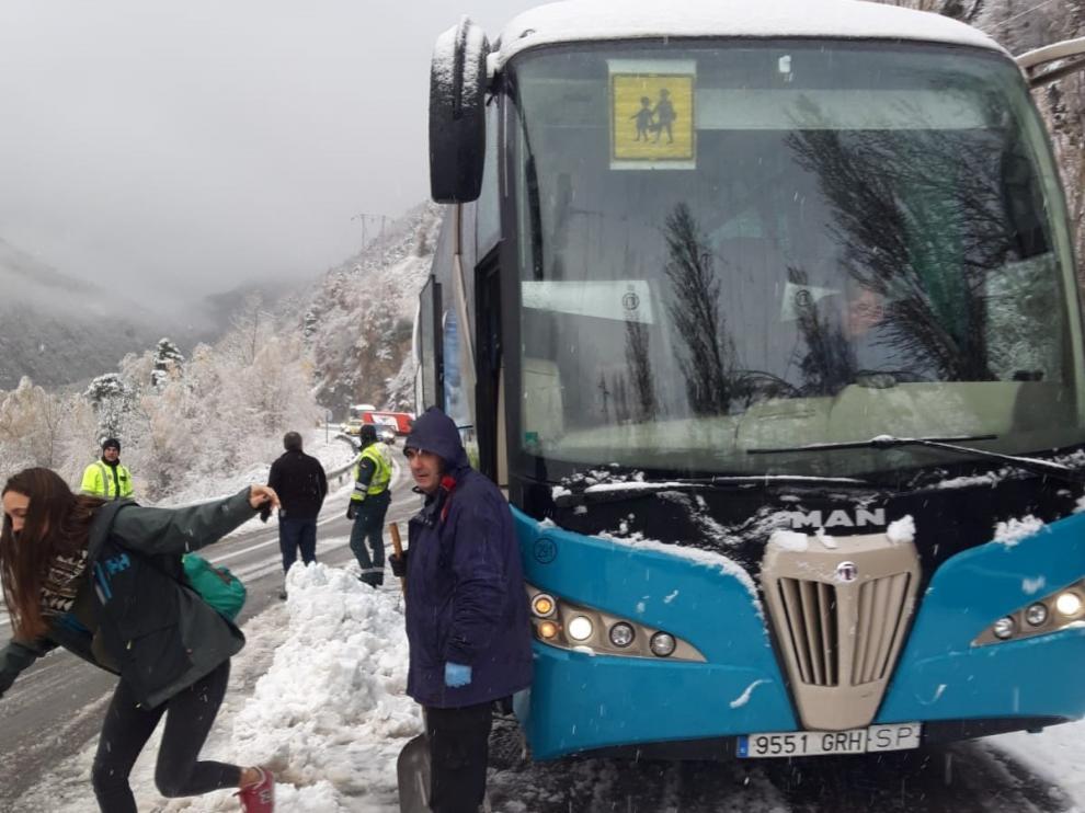 El autobús escolar se quedó atascado en la A-136 el pasado 20 de noviembre tras una nevada