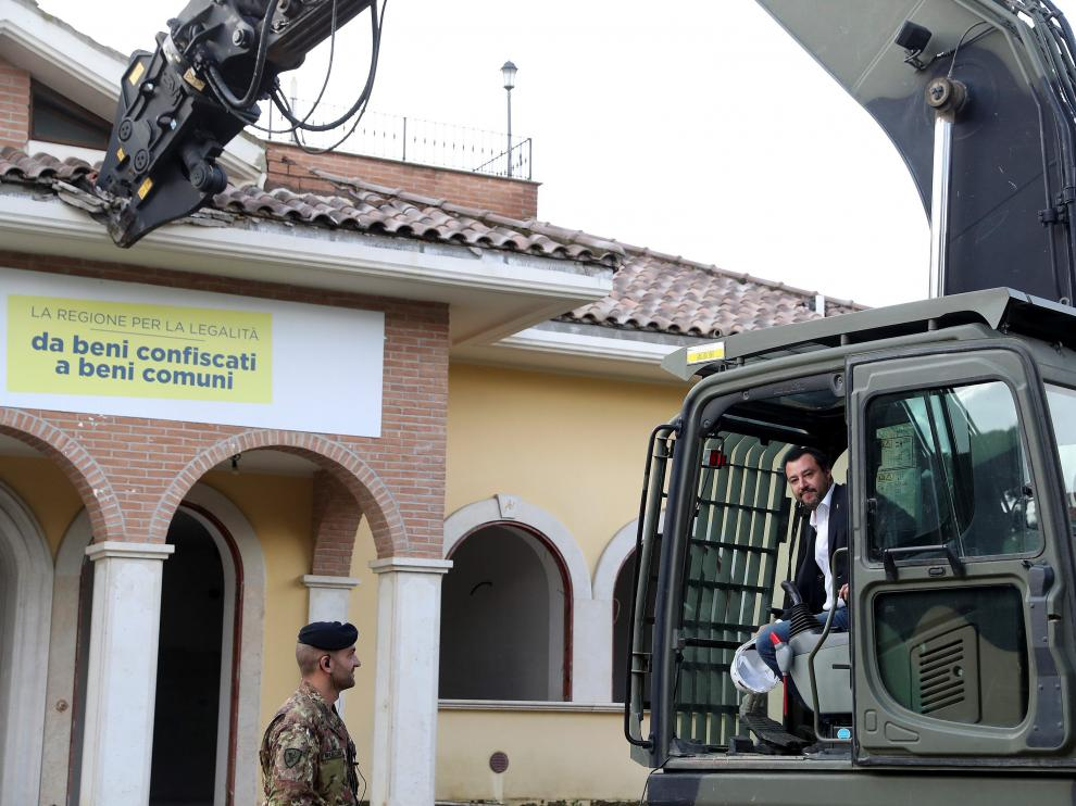 El ministro del Interior italiano, Matteo Salvini, derribando las propiedades de un clan mafioso de Roma, los Casamonica.