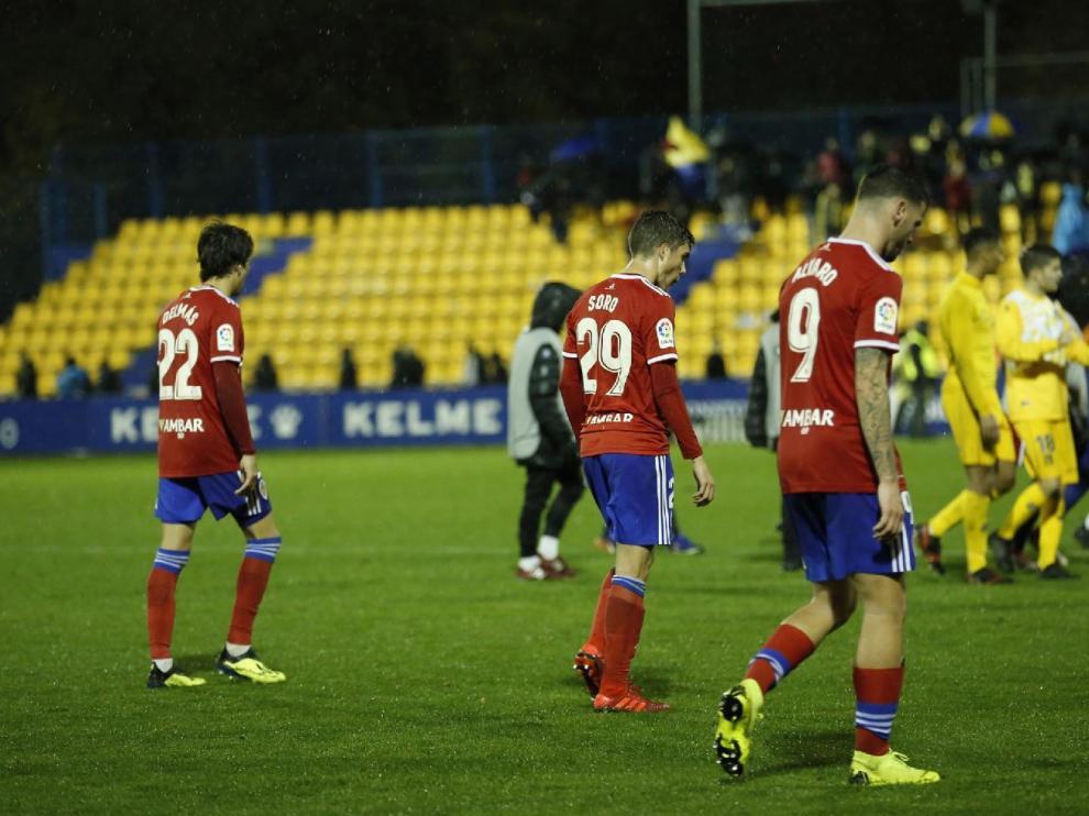 Final del partido de este domingo en Alcorcón. Los jugadores, cabizbajos y muy afectados moralmente, abandonan el campo tras perder 2-0.