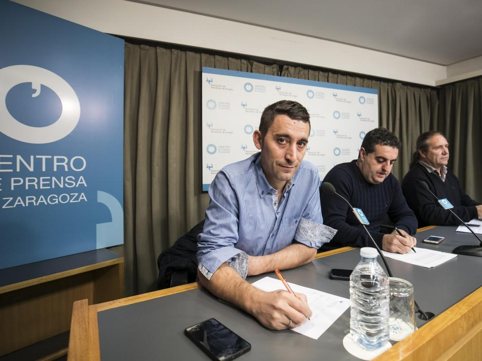 El presidente de ARAGA, Jorge María Valero, y los secretarios generales de UAGA, José Manuel Penella, y UPA, José Manuel Roche, en la rueda de prensa en Zaragoza
