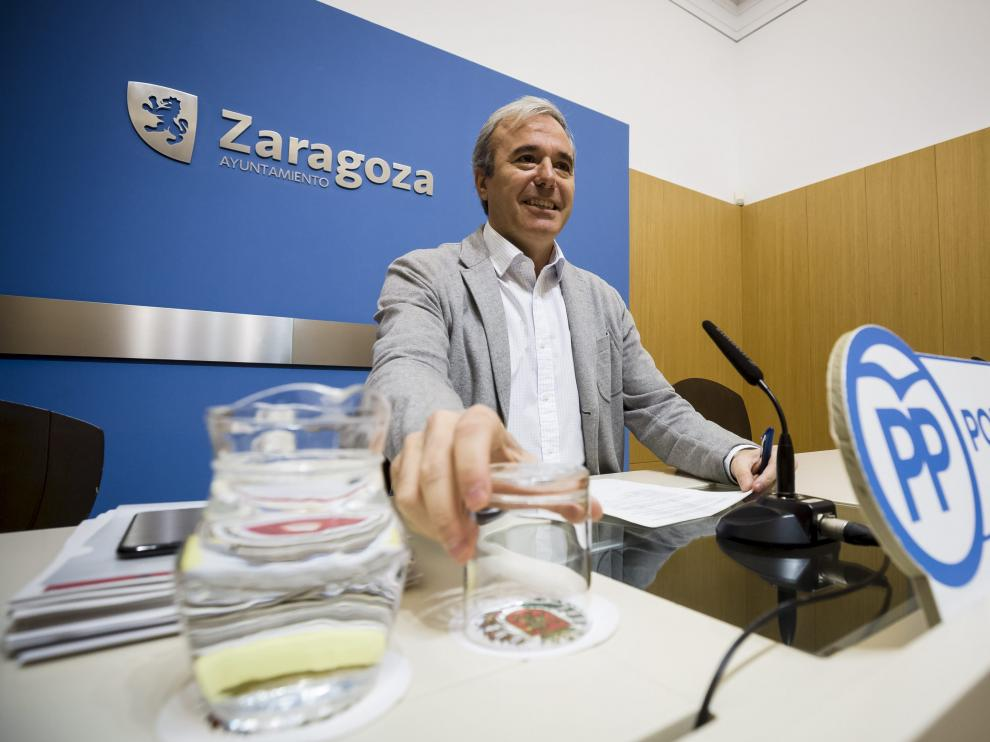 El portavoz popular, Jorge Azcón, durante una rueda de prensa en el Ayuntamiento.