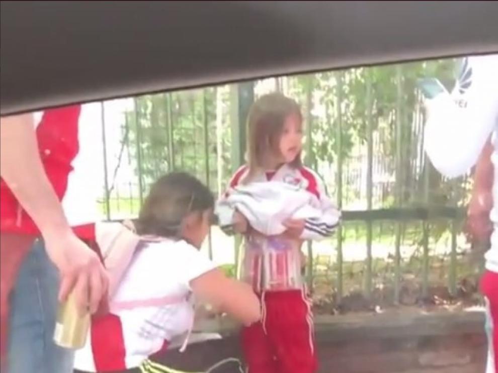 Imagen del vídeo en el que se ve a la mujer adhiriendo bengalas al cuerpo de un niño.
