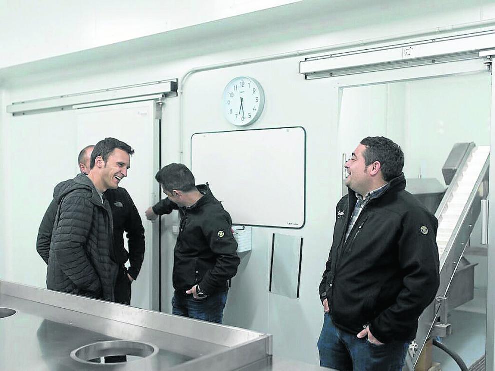 Manuel Doñate (dcha) durante la inauguración de las nuevas instalaciones de la empresa en Sarrión.