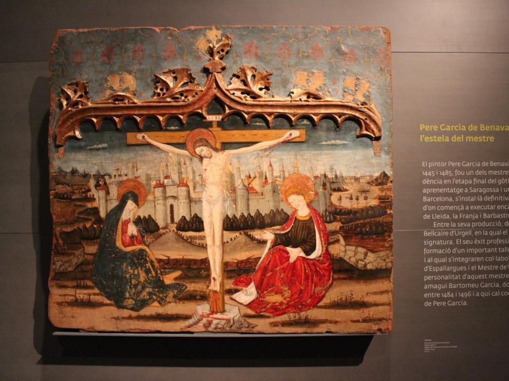 Imagen del crucificado muerto con María y San Juan, colocados a derecha e izquierda de la cruz.
