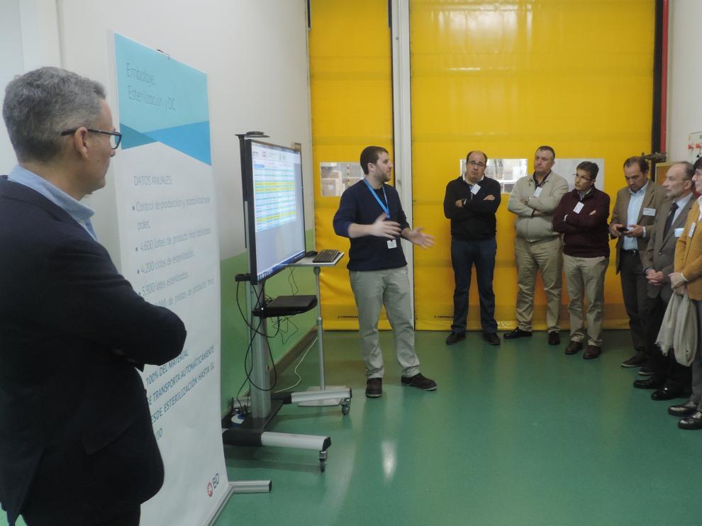 Una veintena de empresarios han participado en la visita a la planta de Fraga
